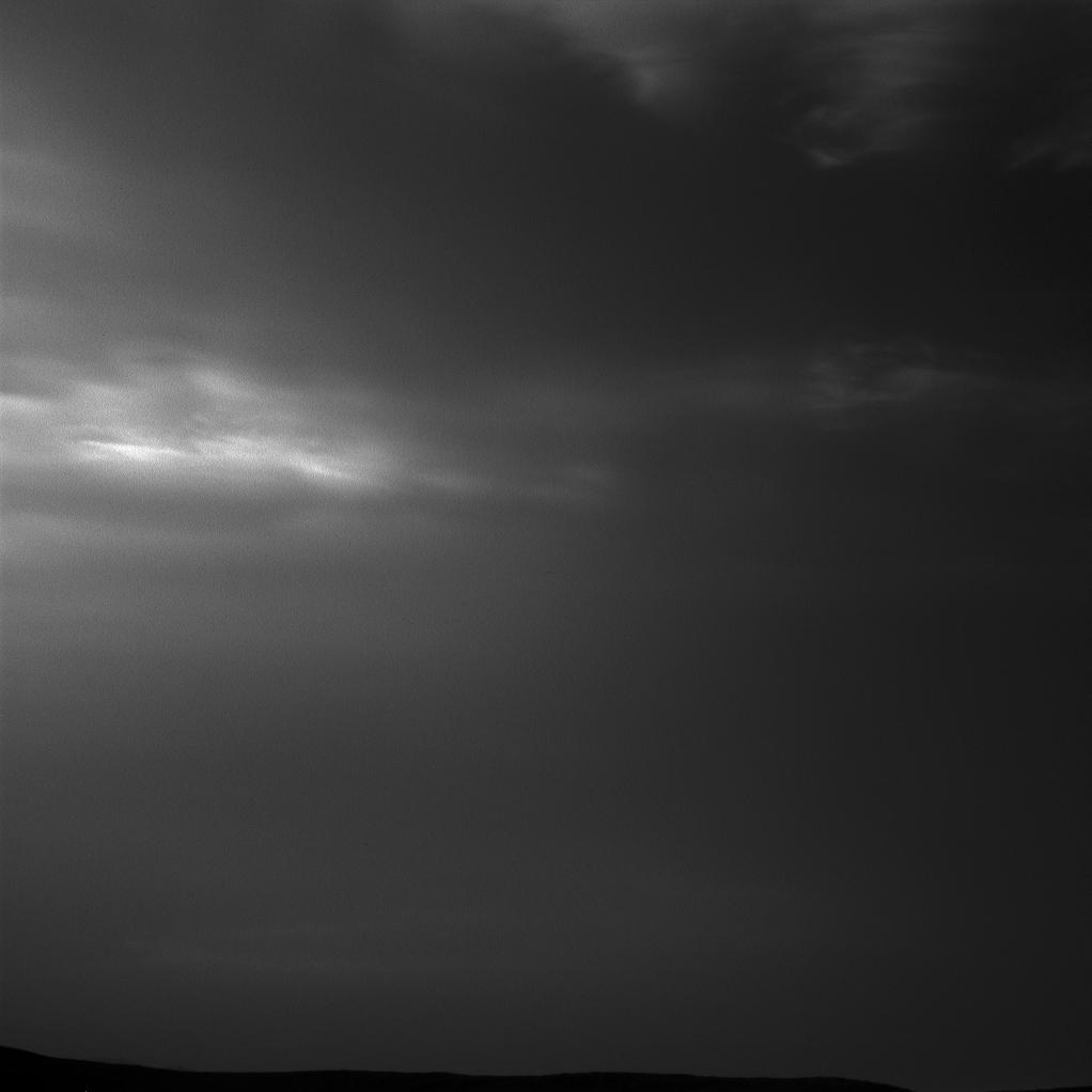 Il rover Curiosity Mars della NASA ha fotografato queste nuvole vaganti il 12 maggio 2019, il giorno 2405, o sol, della missione, usando le sue telecamere di navigazione in bianco e nero